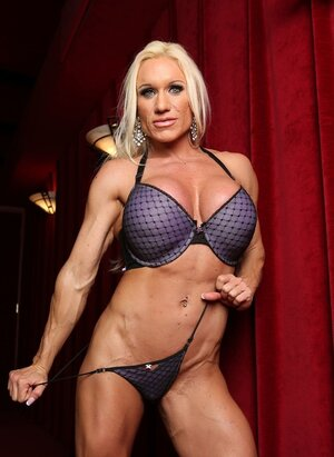 U.s. bodybuilder Ashlee Chambers is a possessor of muscled body and plus big chest
